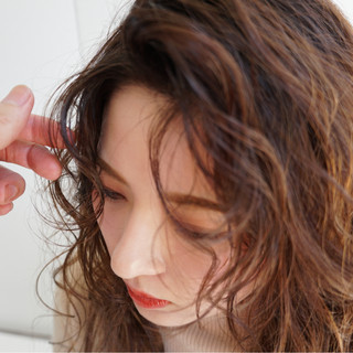 外国人風 小顔 カール かき上げ前髪 ヘアスタイルや髪型の写真・画像