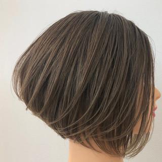 デート 前下がりボブ ナチュラル グレージュ ヘアスタイルや髪型の写真・画像