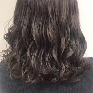 セミロング 外国人風 フェミニン ハイライト ヘアスタイルや髪型の写真・画像