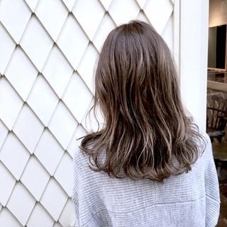 ミディアム ストリート アッシュ 外ハネ ヘアスタイルや髪型の写真・画像