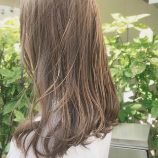 セミロング 切りっぱなし ミルクティーベージュ シアーベージュ ヘアスタイルや髪型の写真・画像
