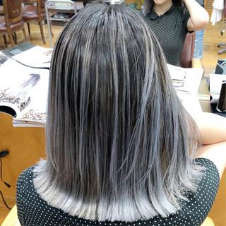 ホワイトブリーチ フェミニン アッシュグレー 外国人風カラー ヘアスタイルや髪型の写真・画像