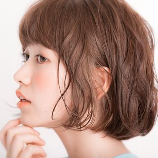 ハイライト くせ毛風 ミディアム 外国人風 ヘアスタイルや髪型の写真・画像