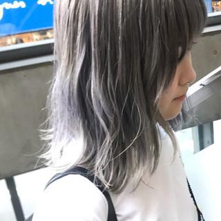 スモーキーアッシュベージュ モード ホワイトアッシュ ミディアム ヘアスタイルや髪型の写真・画像