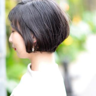 パーマ 黒髪 アウトドア 前下がりショート ヘアスタイルや髪型の写真・画像
