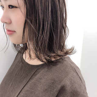 ミディアム ミルクティーベージュ ミルクティーグレージュ フェミニン ヘアスタイルや髪型の写真・画像