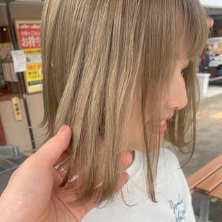 ハイトーン ミディアム ミルクティーベージュ ダメージレス ヘアスタイルや髪型の写真・画像