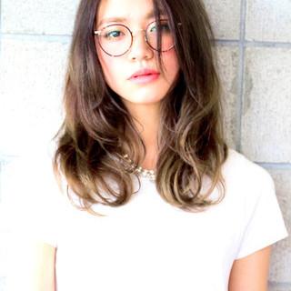 グレージュ セミロング 外国人風 グラデーションカラー ヘアスタイルや髪型の写真・画像