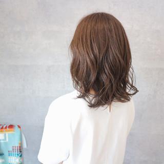 ミディアム グレージュ アッシュグレージュ 艶髪 ヘアスタイルや髪型の写真・画像