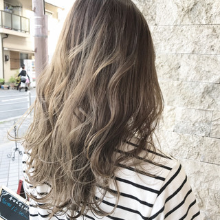 ロング アッシュ フェミニン ミルクティー ヘアスタイルや髪型の写真・画像