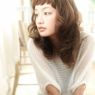 セミロング ナチュラル オン眉 外国人風 ヘアスタイルや髪型の写真・画像 ヘアスタイルや髪型の写真・画像