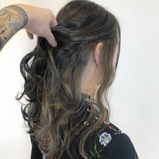ホワイトベージュ インナーカラー ナチュラル セミロング ヘアスタイルや髪型の写真・画像