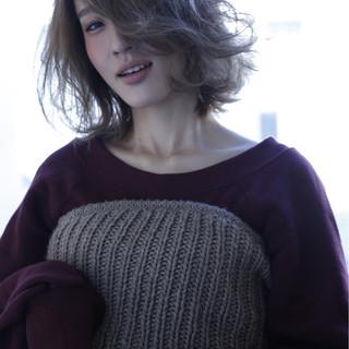 コンサバ シルバー ミディアム ブリーチ ヘアスタイルや髪型の写真・画像