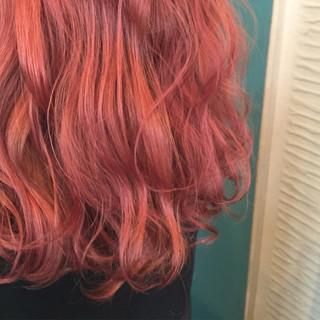 セミロング レッド ガーリー ピンクアッシュ ヘアスタイルや髪型の写真・画像