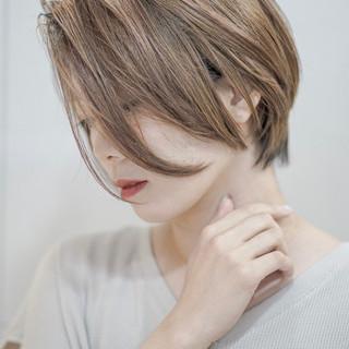 コントラストハイライト ショート 抜け感 ミルクティー ヘアスタイルや髪型の写真・画像