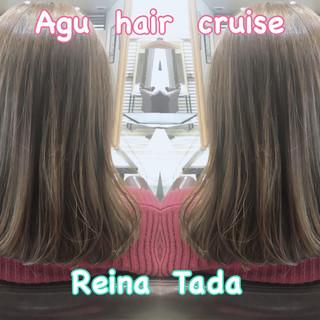 ミディアム くすみカラー フェミニン アッシュ ヘアスタイルや髪型の写真・画像