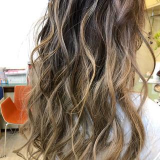 ブリーチカラー ロング アウトドア バレイヤージュ ヘアスタイルや髪型の写真・画像