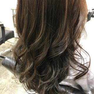 オリーブアッシュ グレージュ ナチュラル ロング ヘアスタイルや髪型の写真・画像