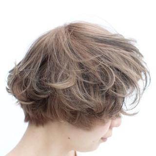 ミディアム ハイライト 外国人風 アッシュ ヘアスタイルや髪型の写真・画像 ヘアスタイルや髪型の写真・画像