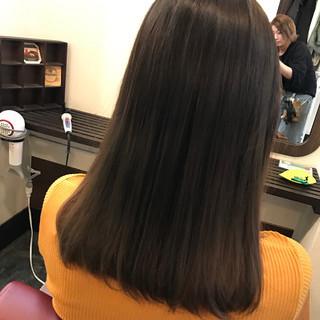 グレージュ ナチュラル アッシュグラデーション セミロング ヘアスタイルや髪型の写真・画像