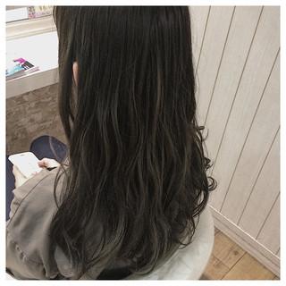 グレージュ アッシュベージュ ハイライト ミディアム ヘアスタイルや髪型の写真・画像