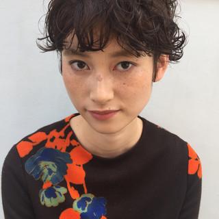 前髪パーマ ナチュラル 斜め前髪 ショート ヘアスタイルや髪型の写真・画像