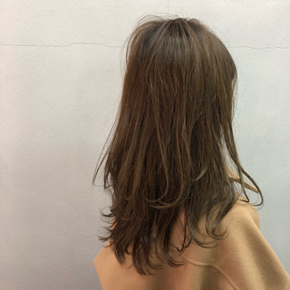 ナチュラル 毛先パーマ ロング オリーブグレージュ ヘアスタイルや髪型の写真・画像