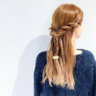 デート 簡単ヘアアレンジ セミロング アウトドア ヘアスタイルや髪型の写真・画像