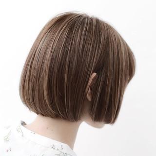グレージュ 透明感 ボブ 前髪あり ヘアスタイルや髪型の写真・画像
