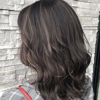 グレージュ 透明感カラー ハイライト ミディアム ヘアスタイルや髪型の写真・画像