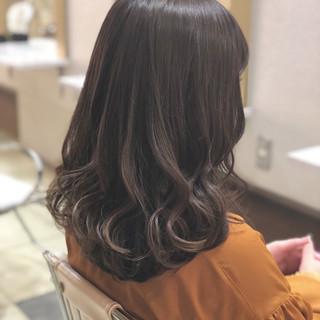 フェミニン ロブ ミディアム アンニュイ ヘアスタイルや髪型の写真・画像