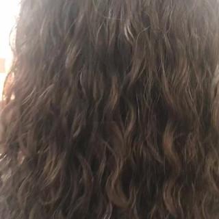 パーマ スパイラルパーマ セミロング ツイスト ヘアスタイルや髪型の写真・画像