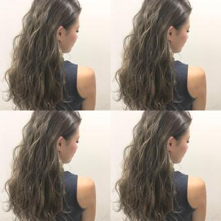 くせ毛風 外国人風 ハイライト ロング ヘアスタイルや髪型の写真・画像