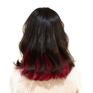 フェミニン ミディアム インナーカラー レッド ヘアスタイルや髪型の写真・画像