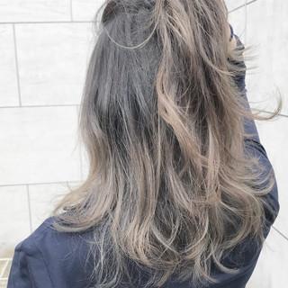 ミディアム 波ウェーブ ナチュラル ハイライト ヘアスタイルや髪型の写真・画像