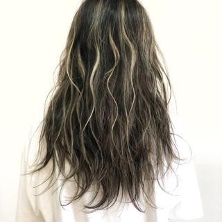 ロング グレージュ 波ウェーブ ハイライト ヘアスタイルや髪型の写真・画像