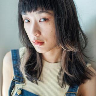 ミディアム モード インナーカラー ハイライト ヘアスタイルや髪型の写真・画像