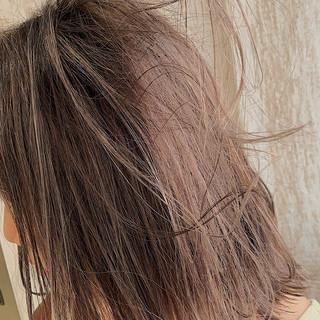 ミディアム ミルクティーブラウン ミルクティーアッシュ ナチュラル ヘアスタイルや髪型の写真・画像