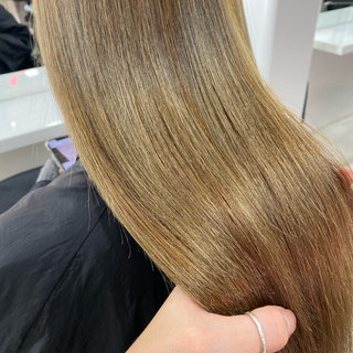 ミルクティーベージュ アッシュベージュ セミロング グレージュ ヘアスタイルや髪型の写真・画像