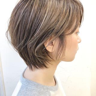 大人カジュアル アンニュイほつれヘア ショート 極細ハイライト ヘアスタイルや髪型の写真・画像
