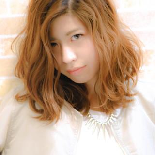 ミディアム くせ毛風 ゆるふわ ハイライト ヘアスタイルや髪型の写真・画像