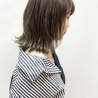 ミディアム グレージュ 大人かわいい デート ヘアスタイルや髪型の写真・画像