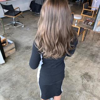 ミルクティーベージュ ミディアム エレガント ハイライト ヘアスタイルや髪型の写真・画像