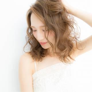 外国人風カラー 波ウェーブ ナチュラル ウェットヘア ヘアスタイルや髪型の写真・画像