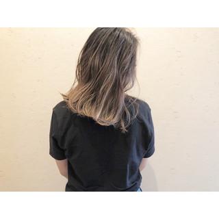 ナチュラル ハイライト セミロング ミルクティーベージュ ヘアスタイルや髪型の写真・画像