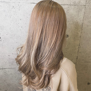 ロング ハイトーンカラー ミルクティーベージュ ナチュラル ヘアスタイルや髪型の写真・画像