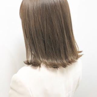 オリーブベージュ ミディアム 切りっぱなしボブ ナチュラル ヘアスタイルや髪型の写真・画像