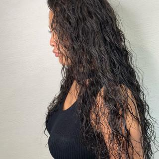 ストリート スパイラルパーマ ロング 黒髪 ヘアスタイルや髪型の写真・画像