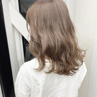 セミロング ベージュ ダブルカラー ラベンダーカラー ヘアスタイルや髪型の写真・画像