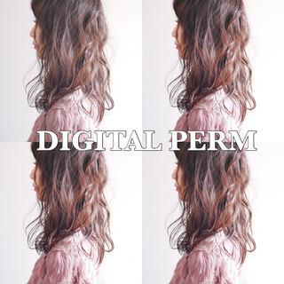 デジタルパーマ セミロング フェミニン オフィス ヘアスタイルや髪型の写真・画像